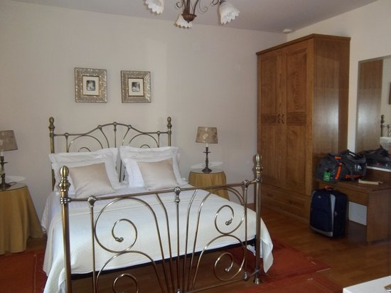 Zephyrus Boutique Accommodation : Bright, sunny bedroom