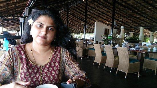 Taj Holiday Village Resort & Spa: breakfast at caravella restaurant with sea view and breaze