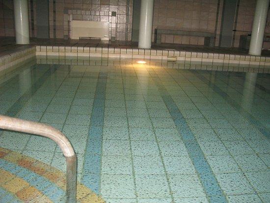 Bella Beach Hotel : Это не пятна на кафеле. Это грязь на поверхности воды. Хотите искупаться после сауны?