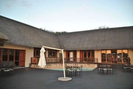 Pestana Kruger Lodge: Deck looking onto bar and pool