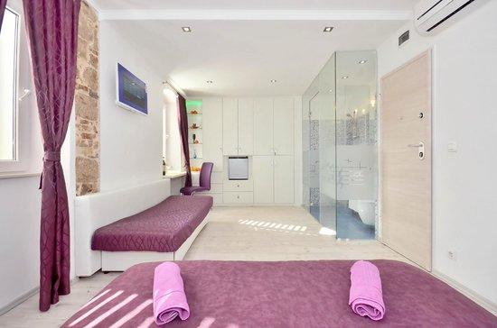 Split suites center rooms olga petra updated 2017 lodge for Split room