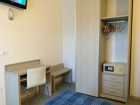 Villa Argia: Arredamento minimale con cassetta di sicurezza.