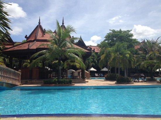 Sokhalay Angkor Resort & Spa: Poolside bar