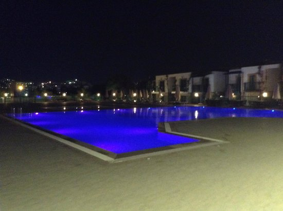 Jasmin Beach Hotel: Jasmin pool at night