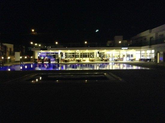 Jasmin Beach Hotel: Jasmin new pool and bar at night