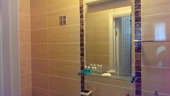 Pearl Hotel London: brand new bathroom