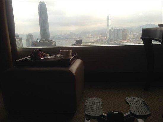 Conrad Hong Kong: ハーバービューを見ながら、足踏みエクササイス