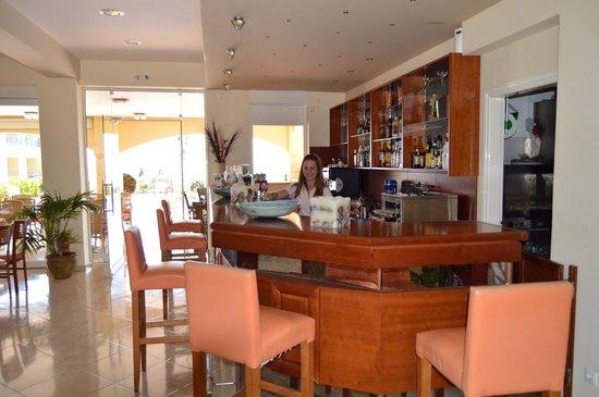 Colonides Beach Hotel: The bar