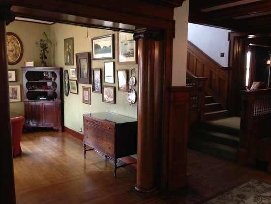 Cartier Mansion Bed & Breakfast: Sitting room/ stairs to accommodations