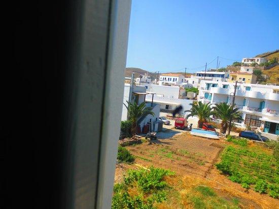 Porto Klaras Studios & Apartments: Παράθυρο κουζίνας χωρίς κουρτινάκι.