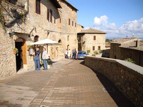 dulcisinfundo: Street in front of restaurant
