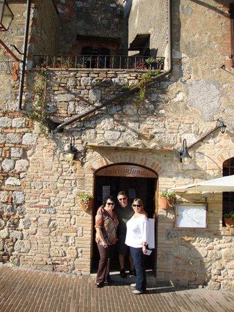 dulcisinfundo: Front door of restaurant