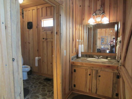 Flat Creek Lodge: cottage bathroom