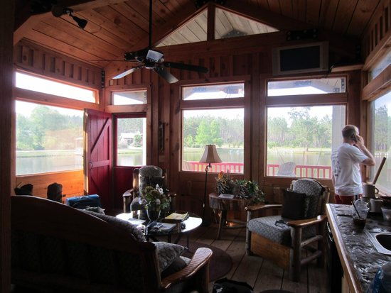 Flat Creek Lodge: sitting area in cottage