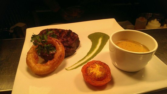 Bia : 10oz Ribeye steak, crispy onion ring, spinach purée and whiskey pepper sauce