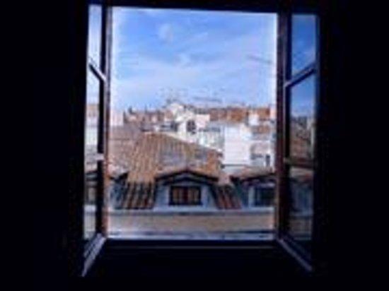Croix-Baragnon: Vue d'une chambre sur rue