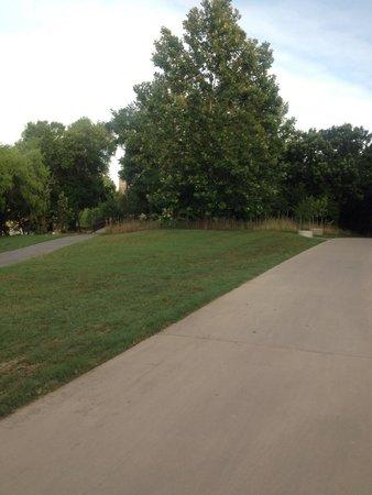 Allen Parkway Loop: Separate bike and jogging paths
