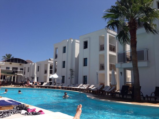 Queen Resort Hotel: Beautiful day by the pool ��☀️
