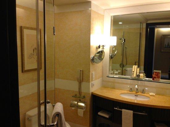 Shangri-La Hotel Guilin: Nice bathroom