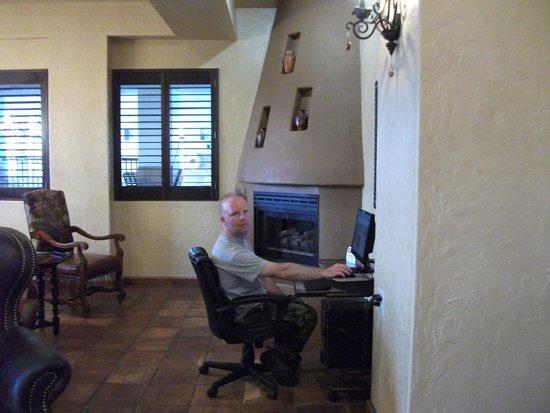 BEST WESTERN PLUS Inn of Santa Fe: computer in the lobby