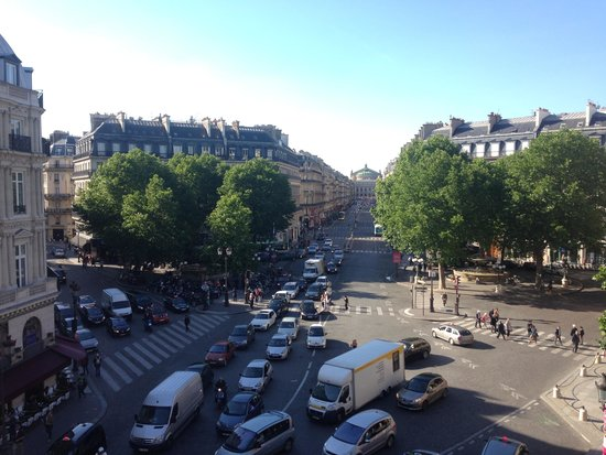 Hotel du Louvre: View from our room on the second floor. This intersection was fun to watch while enjoying a glas