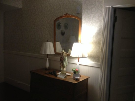 The Red Lion Inn: Our room writing desk