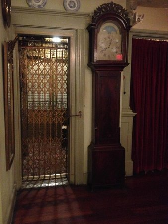 The Red Lion Inn: antique lift !