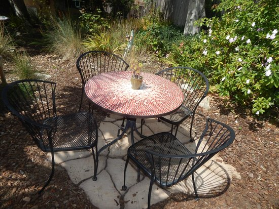 Edgemere Cottages : The table and chairs in our patio area.