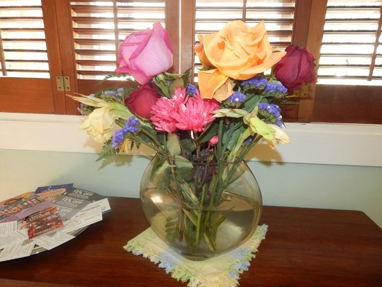 Edgemere Cottages : Fresh flowers in our room.