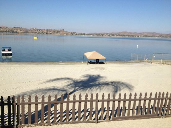 Crane Lakeside RV Resort: Beach where people can relax and hang out