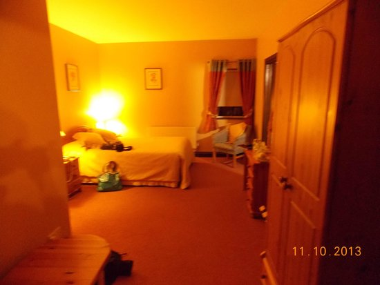 Yeats County Inn : Our room, (sorry overexposure on cam)