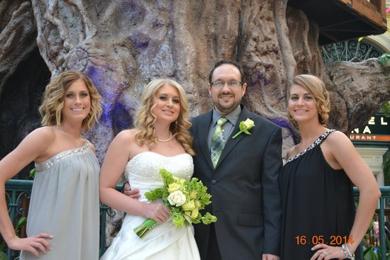 Residence Inn Las Vegas Convention Center : the happy couple with the bridesmaids