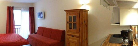 Résidence hôtelière La Loggia : Vue sur le salon et coin repas des appartements et studios