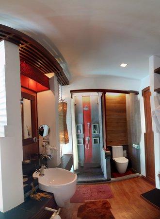 Pavilion Samui Villas & Resort : The bathroom in the Hydro Pool Villa