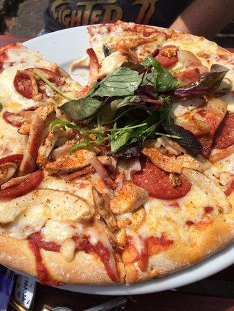 King's Head Pub: Meat Feat Pizza - HUGE!!! Yummy :)