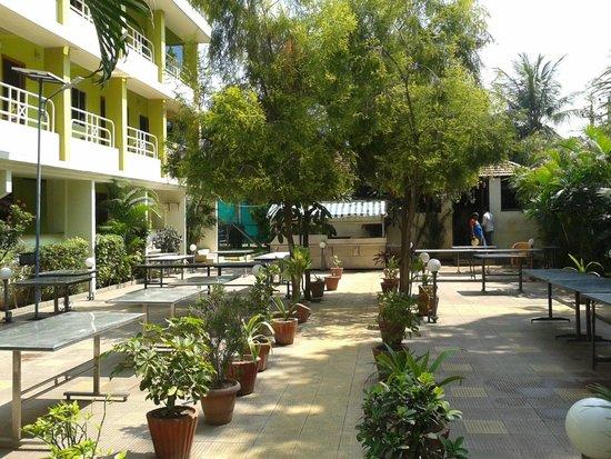 Hotel Madhuvan International: Hotel down garden dining area