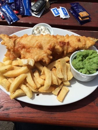 King's Head Pub: Delicious - Fish and Chips - Lovely crisp batter and PROPER chips too!