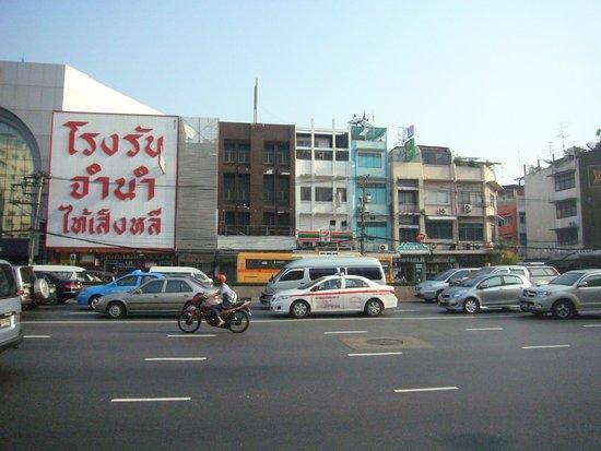 Bangkok Centre Hotel: ホテル敷地前道路