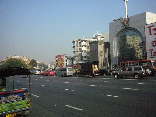 Bangkok Centre Hotel: ホテル前道路西方面
