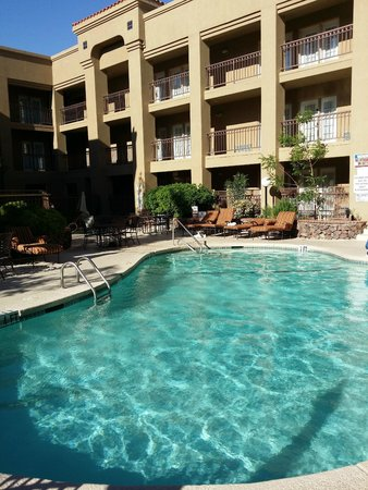 Radisson Hotel El Paso Airport: Outdoor pool and hot tub area