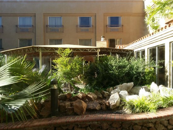 Radisson Hotel El Paso Airport: courtyard area