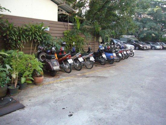 Bangkok Centre Hotel: ホテル駐車場