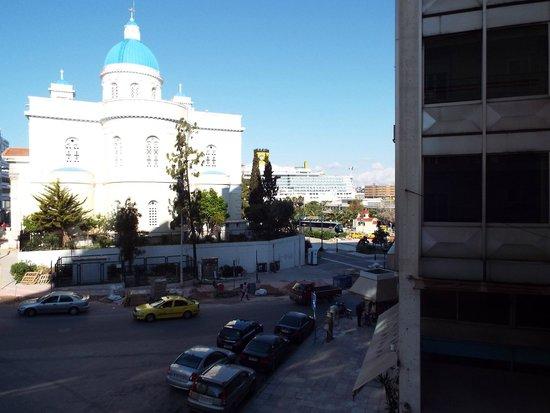 Poseidonio Hotel: vue sur l'église, le paquebot et l'activité du Pirée