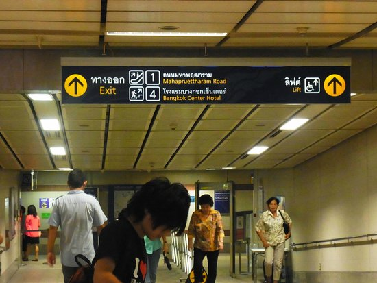 Bangkok Centre Hotel: 地下鉄ホテル側4番出口案内