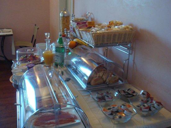 Primavera Mini Hotel: breakfast spread