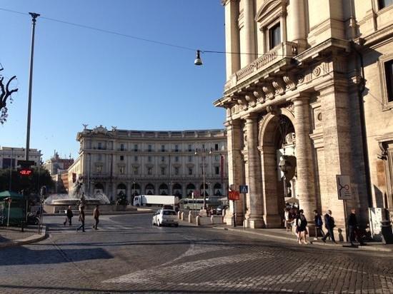 The St. Regis Rome: rua do hotel