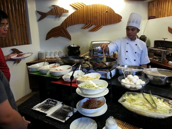 Acuaverde Beach Resort: Breakfast Buffet. Omelette is cooked on the spot