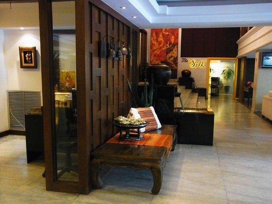 Bangkok Centre Hotel: ホテルロビー前からテベーターホール