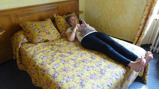 Hostellerie le Beffroi : ik op het kleine bed
