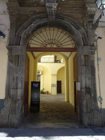 Maison Tofani: Entry to courtyard of the Hotel